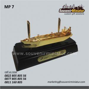 Souvenir Miniatur Kapal Tanker