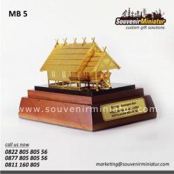 miniatur rumah adat uma
