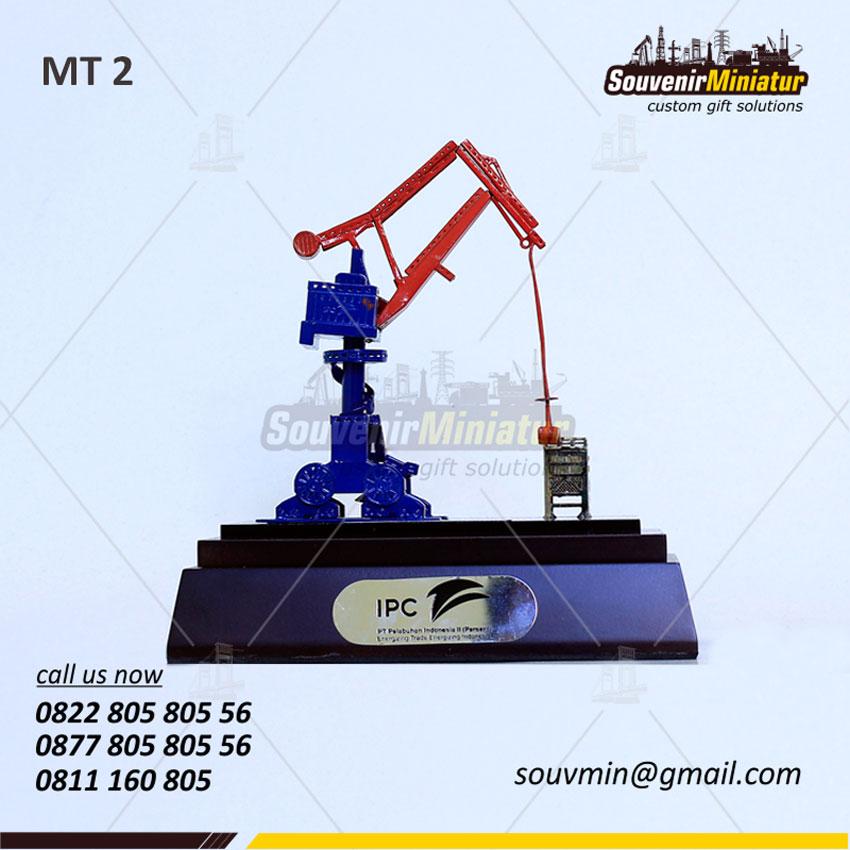 Souvenir Miniatur Crane Pelabuhan IPC
