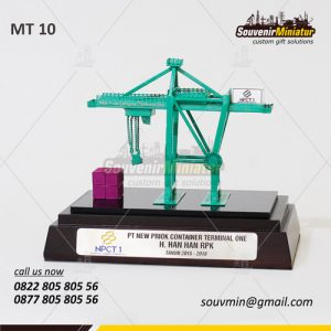 Souvenir Miniatur Crane PT New Priok Container Terminal One